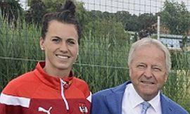ÖFB-Teamkapitänin Viktoria Schnaderbeck mit ÖFB-Präsident Leo Windtner 2017 © FUSSBALLARENA Bad Tatzmannsdorf