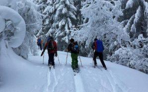 Skifahrer unterschätzen Wetter in den Bergen in der Nachsaison